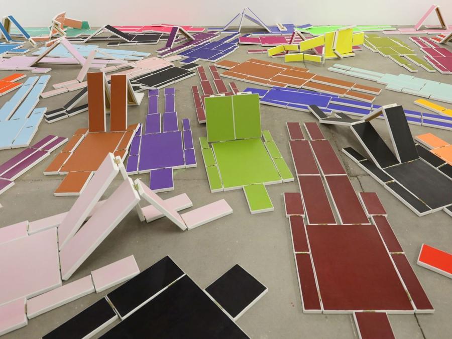 Mariela Scafati, Movilización, 2020, 65 dipinti, installazione alla 11a Berlin Biennale, KW Institute for Contemporary Art, 5.9.–1.11.2020 Courtesy Mariela Scafati; Galería Isla Flotante, Buenos Aires; PSM, Berlin, foto di Silke Briel