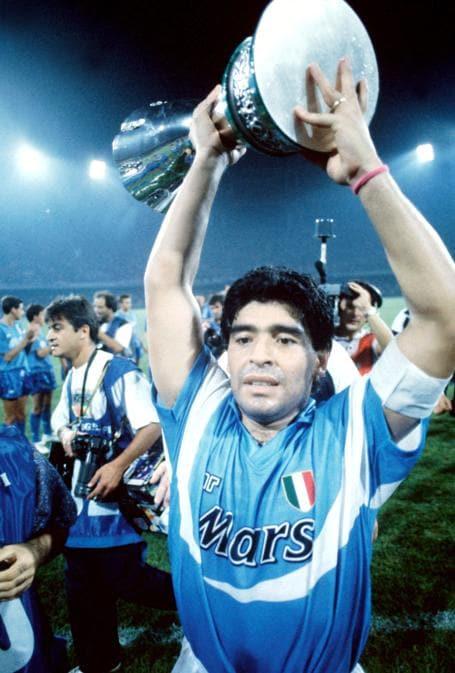 Supercoppa italiana - 1990. Diego Armando Maradona solleva il trofeo (Brodi/Ipp)
