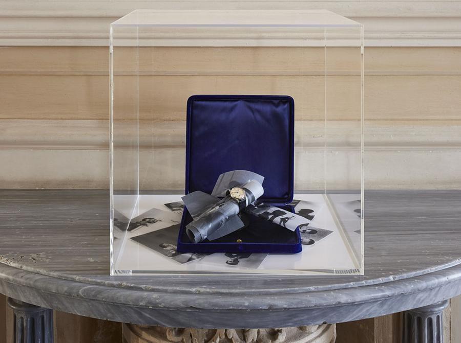 """La sala include due opere. L'installazione Vertigo propone un mosaico di opere prodotte dagli anni novanta al presente, accomunate dal concetto di """"accadimento"""". Si tratta di opere che evocano cieli e luoghi sia pittorici sia ideali, la cui successione definisce uno spazio e un tempo densi di visioni. Omega (1948-2018), 2020 è un'opera installativa, rara occasione in cui l'artista include dettagli riferibili alla propria storia biografica. Courtesy Castello di Rivoli"""