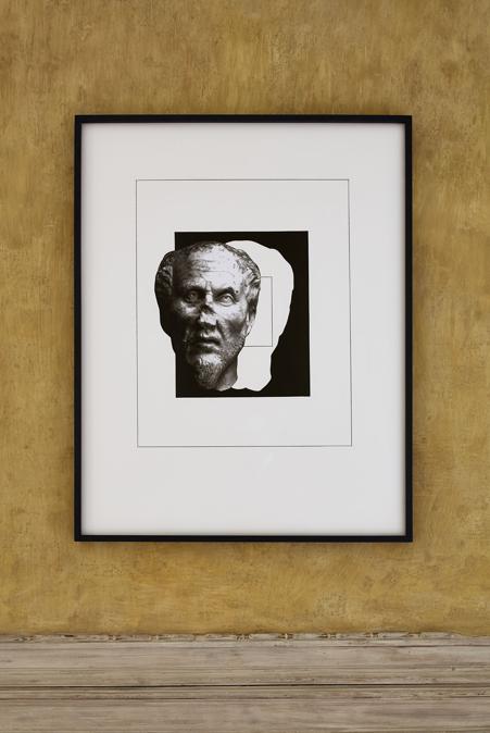 """La sala è intitolata """"Fine"""" senza fine. Qui Paolini presenta lavori che sembrano attratti da un inevitabile destino, capaci però di mantenere la tensione verso l'idea di un divenire continuo che, secondo l'artista, è propria dell'intera storia dell'arte. Tra le nuove opere, Il modello in persona, 2020, apre un ponte ideale tra il luogo espositivo, pubblico, e lo spazio, invece privato, dello studio dell'artista. Courtesy Castello di Rivoli"""