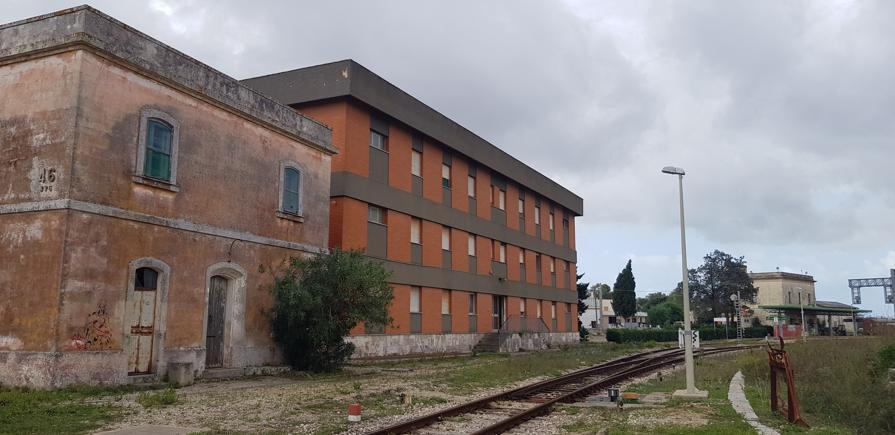 Ex dormitorio e casello abbandonati, Lastation sullo sfondo, 2020