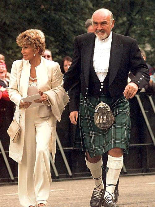 01 luglio 1999 Sir Sean Connery con sua moglie Micheline Roquebrune arriva all'apertura del Parlamento scozzese ANSA/RUI VIEIRA/POOL