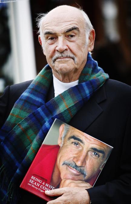 Agostot 25, 2008  Sean Connery promuove il suo nuovo libro, intitolato 'Essere uno scozzese' alla fiera internazionale del libro , nei giardini di  Charlotte Square a Edimburgo. (Photo by ED JONES / AFP)