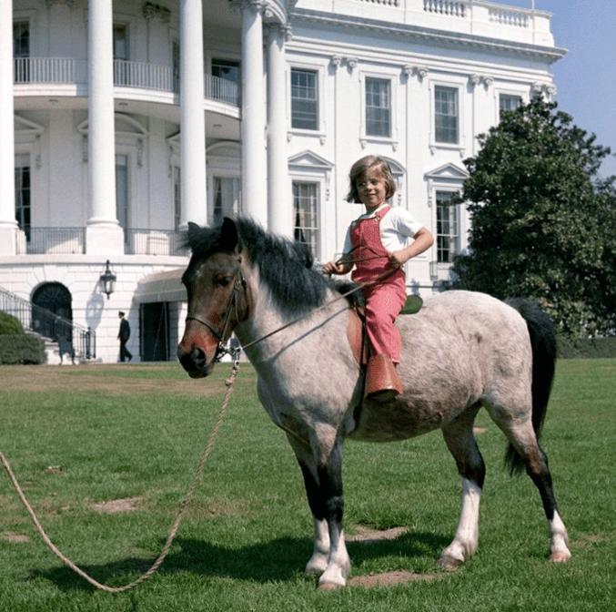 Caroline Kennedy con il suo pony Macaroni