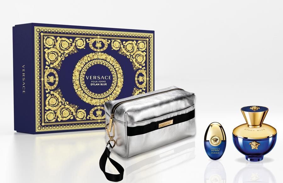 Versace.Cofanetto di Natale 2020 del profumo Dylan Blue. Il colore del flacone e del packaging è quello intenso  del Mar Mediterraneo: profondo  e misterioso. I dettagli in oro e la Medusa rappresentano il legame tra passato e presente