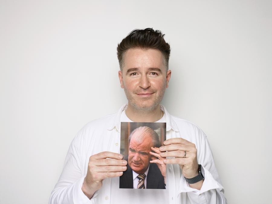 """Jarlath Regan. Nato nel 1980 e cresciuto a Kildare, in Irlanda, Jarlath Regan ha lavorato come consulente grafico prima di cambiare carriera e diventare un comico. È anche scrittore e illustratore. Nel 2019, lo zio Lewis di Jarlath, definito un """"uomo del rinascimento irlandese"""" è morto di infarto. Jarlath afferma di essere stato profondamente influenzato dalla sua morte."""
