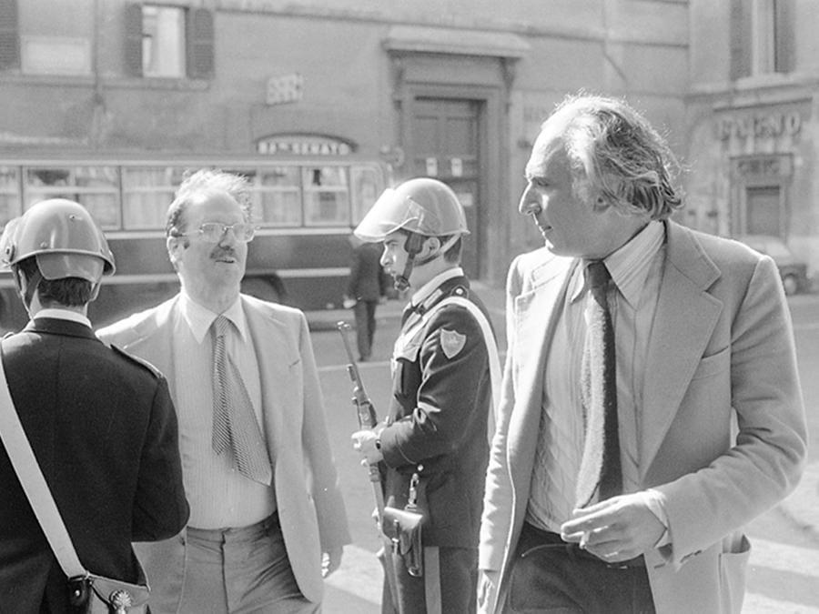 """L' onorevole Marco Pannella del Partito Radicale (D), durante la manifestazione non autorizzata e non violenta indetta dal partito per la raccolta di firme sugli """" 8 Referendum contro il regime"""" e per ricordare la vittoria sul divorzio, Roma 12 maggio 1977. ANSA"""