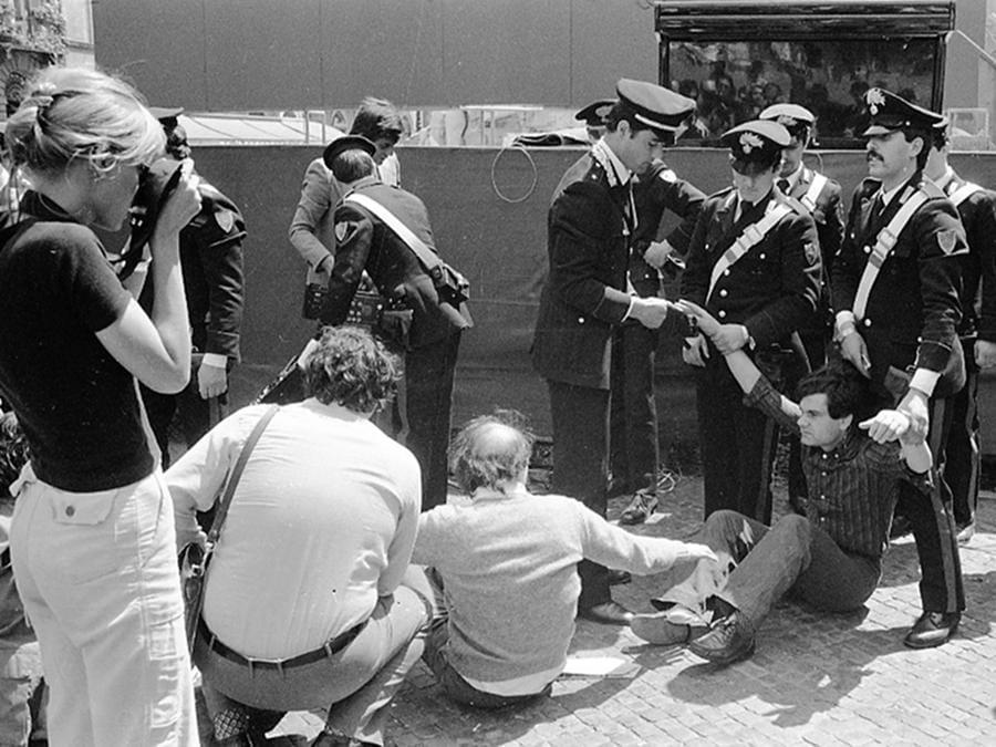 """Agenti di pubblica sicureza portano via a forza un attivista del Partito Radicale durante la manifestazione non autorizzata e non violenta, indetta dal partito per la raccolta di firme sugli """" 8 Referendum contro il regime"""" e per ricordare la vittoria del divorzio, Roma 12 maggio 1977. ANSA"""