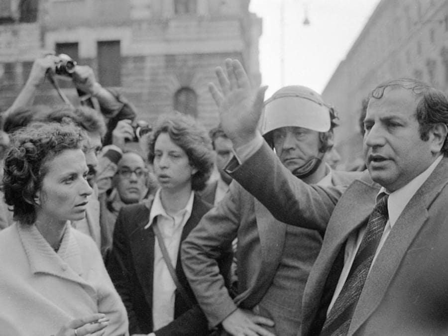 """L' onorevole Emma Bonino del Partito Radicale (S) con il questore Umberto Improta (D), durante la manifestazione non autorizzata e non violenta indetta dal partito per la raccolta di firme sugli """" 8 Referendum contro il regime"""" e per ricordare la vittoria del divorzio, Roma 12 maggio 1977. ANSA"""