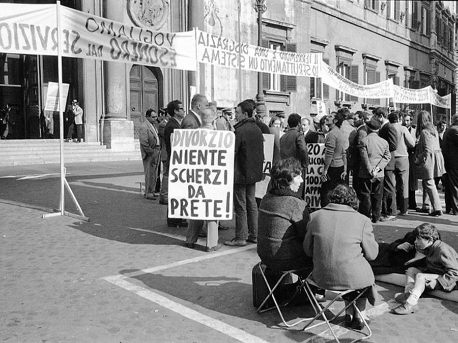 I terremotati della Valle del Belice durante una manifestazione a Piazza Montecitorio per il diritto alla casa e al lavoro, Roma 11 novembre 1970. Durante la protesta anche cartelli a favore del divorzio. ANSA