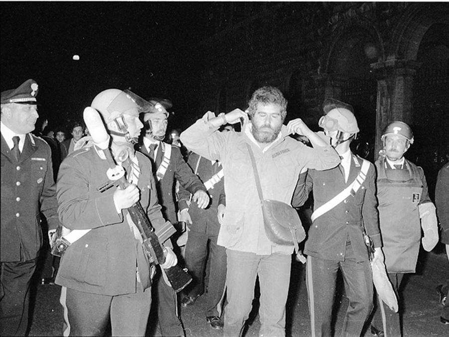 """Carabinieri fermano un dimostrante durante il sit in indetto dal Partito Radicale per la raccolta di firme sugli """" 8 Referendum contro il regime"""" e per ricordare la vittoria sul divorzio, Roma 12 maggio 1977. ANSA"""
