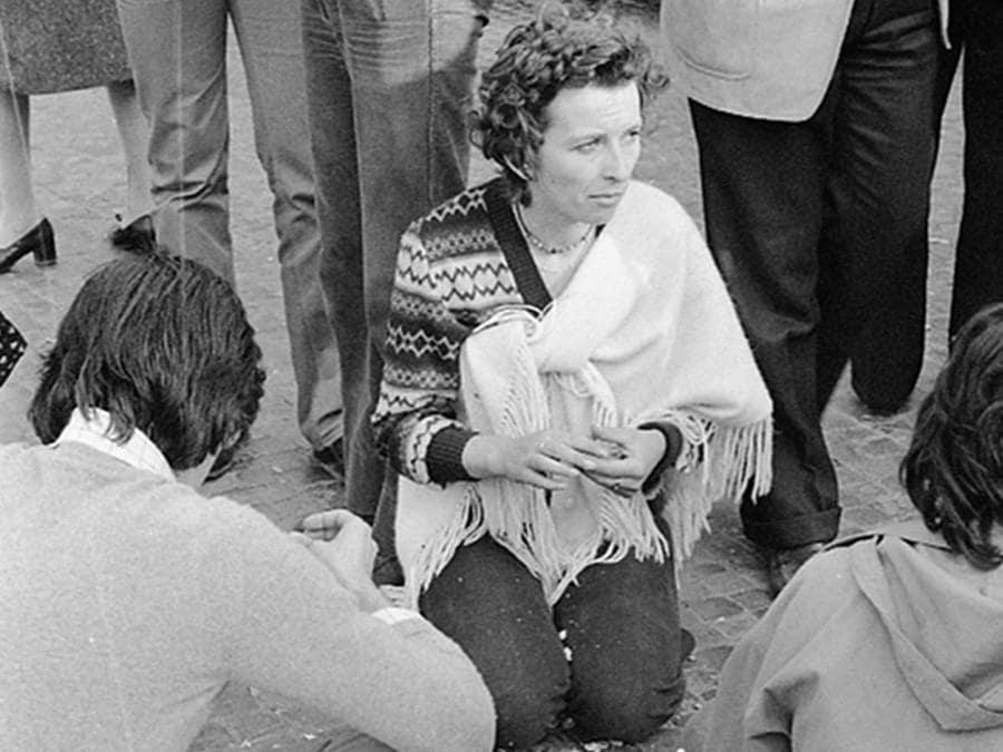 """L'onorevole Emma Bonino (C) del Partito Radicale durante la manifestazione non autorizzata e non violenta indetta dal partito per la raccolta di firme sugli """" 8 Referendum contro il regime"""" e per ricordare la vittoria sul divorzio, Roma 12 maggio 1977. ANSA"""