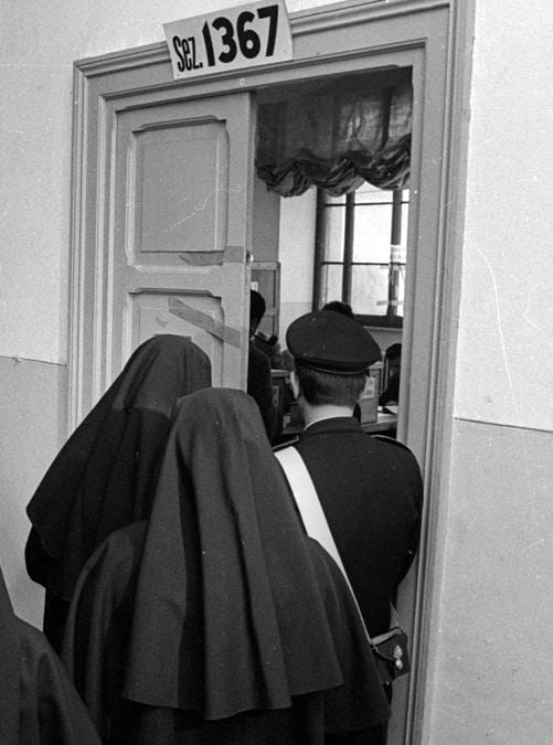 Alcune suore entrano nel seggio per votare il referendum sul divorzio . ARCHIVIO ANSA/DEF
