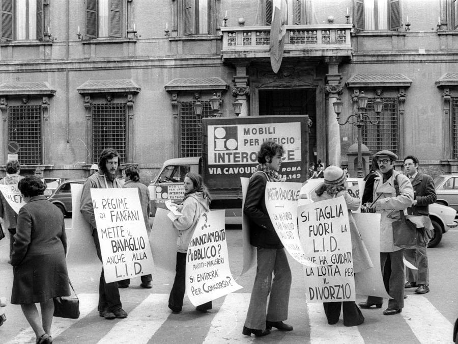Un'immagine d'archivio, datata 28 Marzo 1974, mostra un momento di una manifestazione per il divorzio.  ANSA-ARCHIVIO/TO