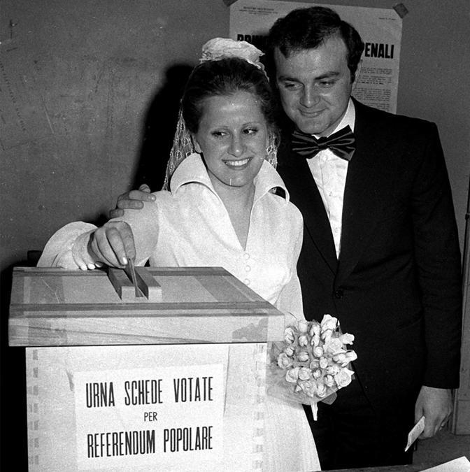 Una coppia di sposi vota per il referendum sul divorzio. ANSA