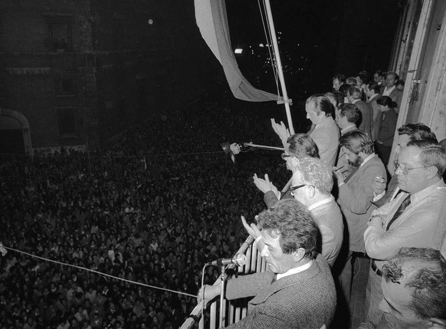 La folla giubilante davanti alla sede centrale del Pci a via Botteghe Oscure, a Roma, con il segretario Enrico Berlinguer sul balcone, in un'immagine d'archivio del 13 maggio 1974 dopo la vittoria del referendum sul divorzio del 12 maggio. ANSA / ARCHIVIO / PAL