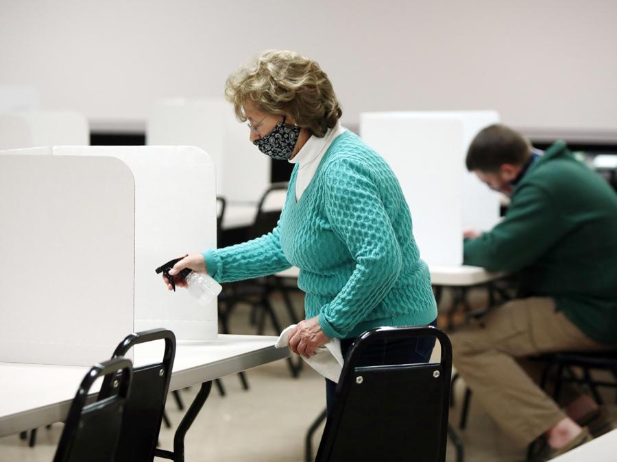 Una votante in un seggio di Cold Spring, Kentucky (EPA/MARK LYONS)