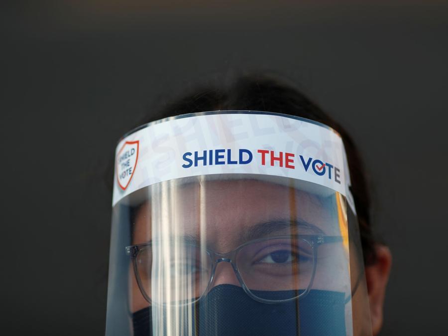 Una votante in un seggio di  Phoenix, Arizona (REUTERS/Edgard Garrido)