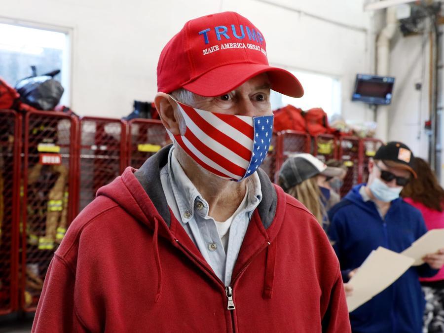 Un supporter di Trump nel seggio di  Purcellville, Virginia (EPA/MICHAEL REYNOLDS)