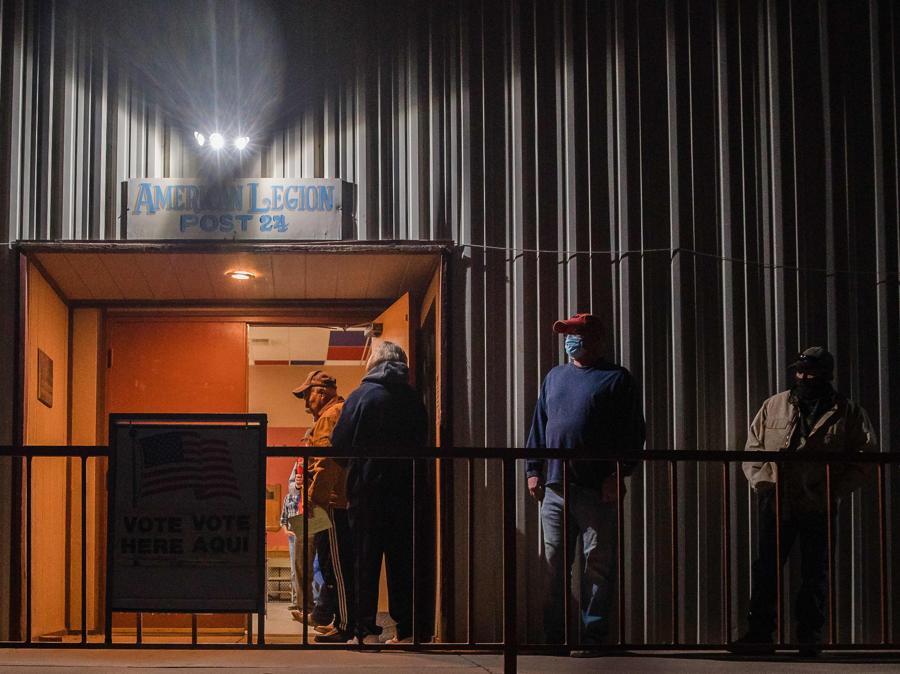 In attesa del voto all'alba a Tombstone, Arizona   (Photo by ARIANA DREHSLER / AFP)