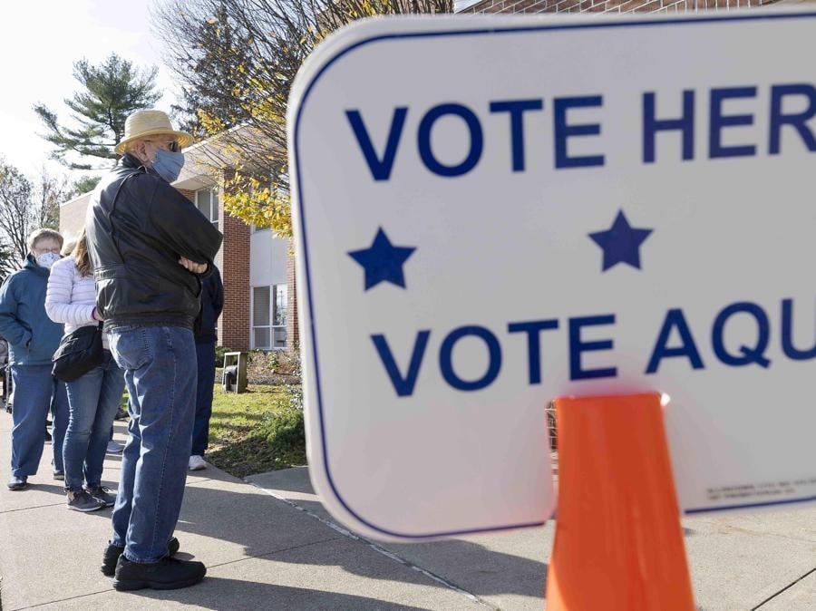 Vontanti in fila al seggio di Allentown, Pennsylvania (EPA/JUSTIN LANE)