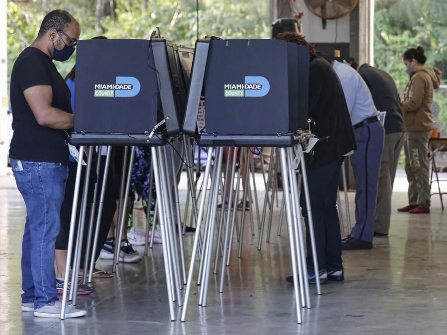 Votanti alla Fire Station di  Miami, Florida (EPA/RHONA WISE)