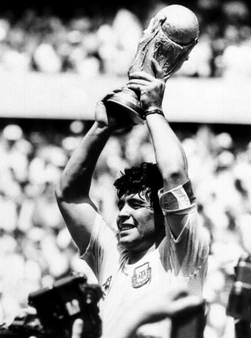 L'attaccante dell'Argentina, Diego Armando Maradona, alza al cielo la coppa dopo aver battuto in finale la Germania ai Mondiali 1986. ANSA