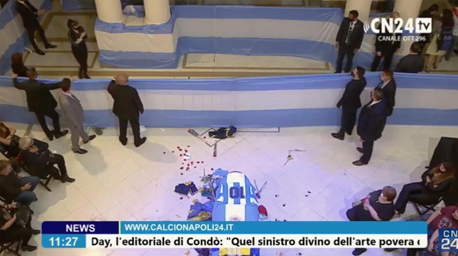 Un frame mostra la camera ardente nella Casa Rosada presidenziale di Buenos Aires dove si trova il feretro che contiene il corpo di Diego Armando Maradona. ANSA/CN24TV