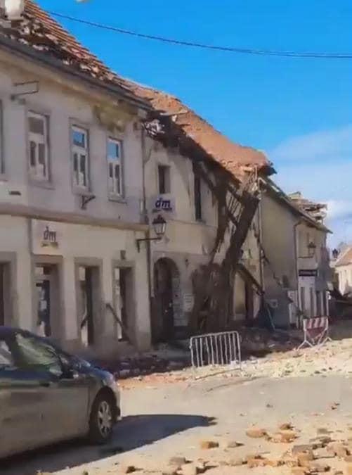 Un frame tratto da un video pubblicato dal profilo Twitter Based_Croatia dei crolli a Petrinja, una cinquantina di km a sud di Zagabria, una regione già colpita ieri da scose sismiche. (Ansa /  TWITTER/Based_Croatia)