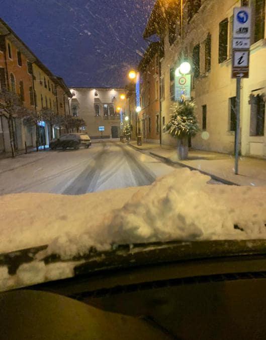 La neve caduta durante la notte a Sacile (PN), 28 dicembre 2020. (Ansa /  Andrea Ordan)