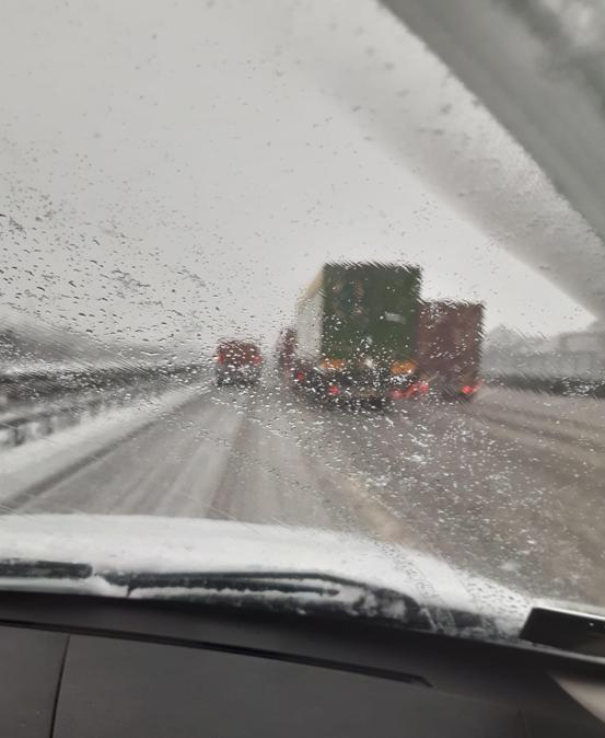 Una fila di Tir, causata dalla neve, lungo l'autostrada a4 Vicenza-Verona in direzione Milano, 28 dicembre 2020. (Ansa / Luca Pozza)