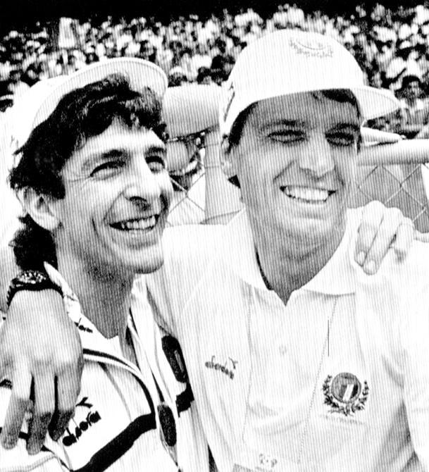 Marco Tardelli abbraccia Paolo Rossi durante l'incontro Italia-Bulgaria giocato in Messico durante i mondiali del 1986 (ANSA)
