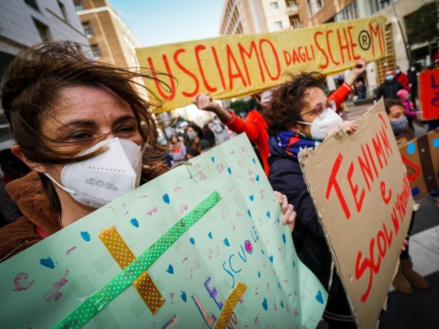 Il flash mob delle mamme No Dad in piazza Plebiscito , Napoli. ANSA/CESARE ABBATE/