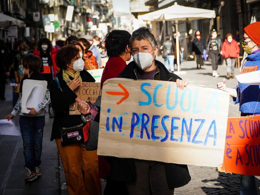 IIl flash mob delle mamme No Dad in piazza Plebiscito , Napoli. ANSA/CESARE ABBATE/