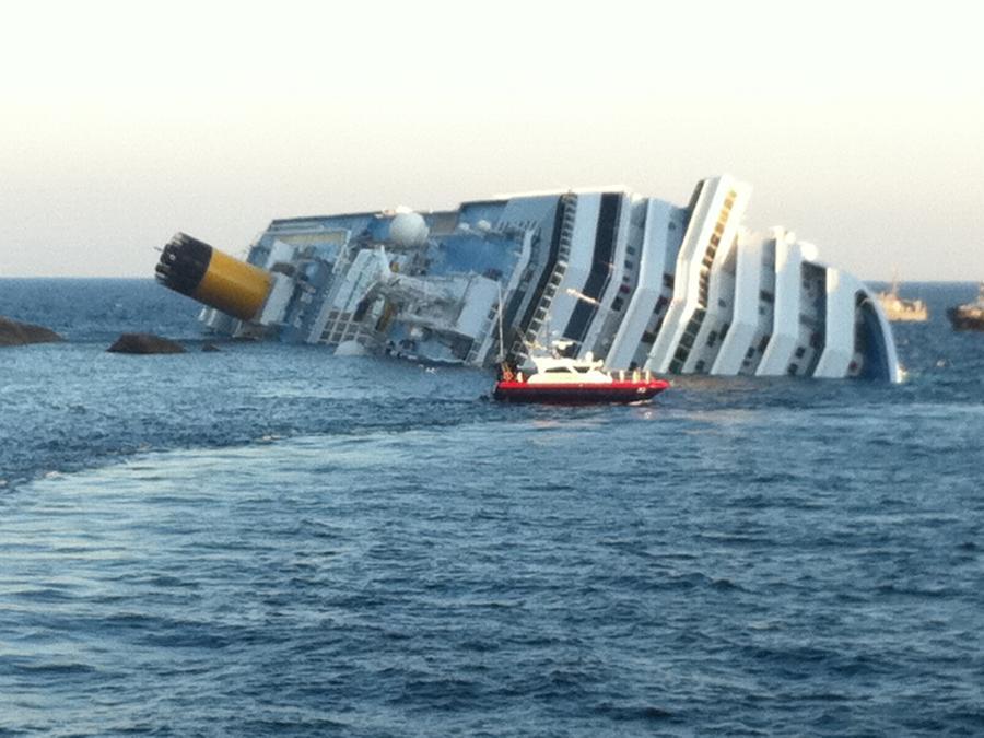 La nave Costa Concordia naufragata il 13 gennaio 2012 al largo dell'isola del Giglio. ANSA/ ENZO RUSSO