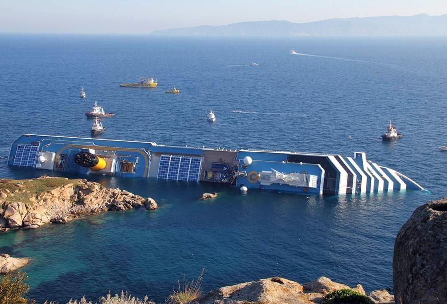 La Costa Concordia il 13 gennaio 2012 di fronte all'isola del Giglio, 14 gennaio 2012. ANSA/GIGLIONEWS