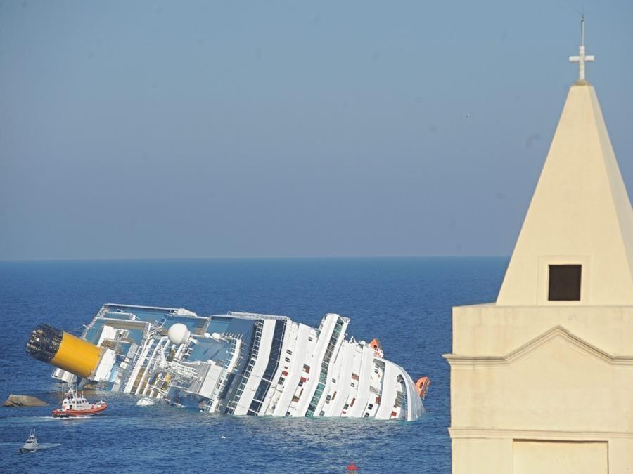 La Costa Concordia il 13 gennaio 2012 di fronte all'isola del Giglio, 14 gennaio 2012. ANSA/MAURIZIO DEGL'INNOCENTI