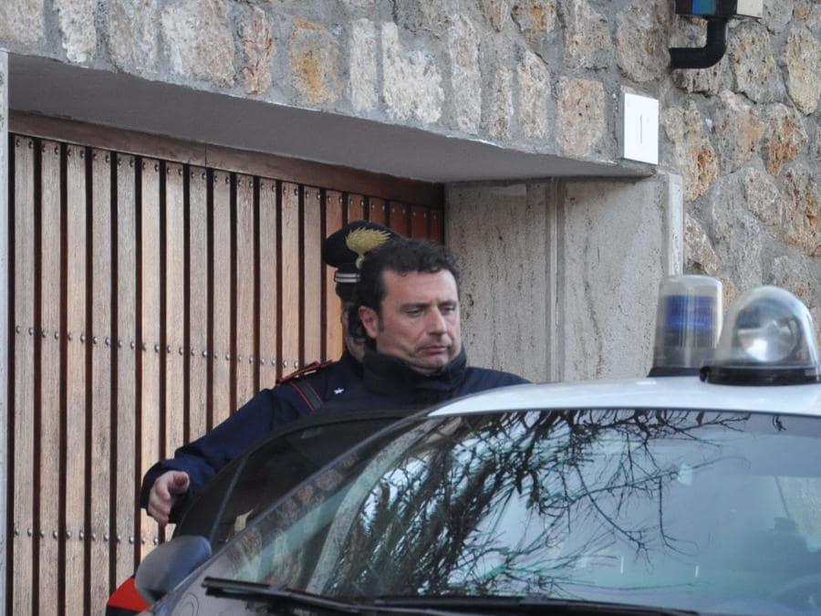 Francesco Schettino sale sulla macchina dei carabinieri in una foto d'ARCHIVIO. ANSA / ENZO RUSSO