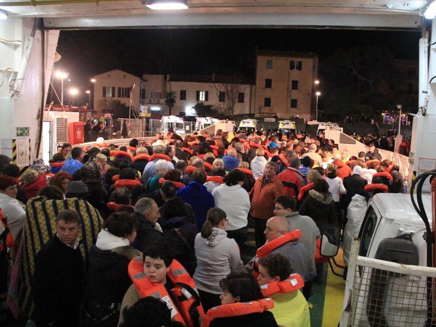 I passeggeri della nave da crociera Costa Concordia lasciano l'imbarcazione incagliata al largo dell'isola del Giglio, Grosseto, 14 gennaio 2012. ANSA/ ENZO RUSSO