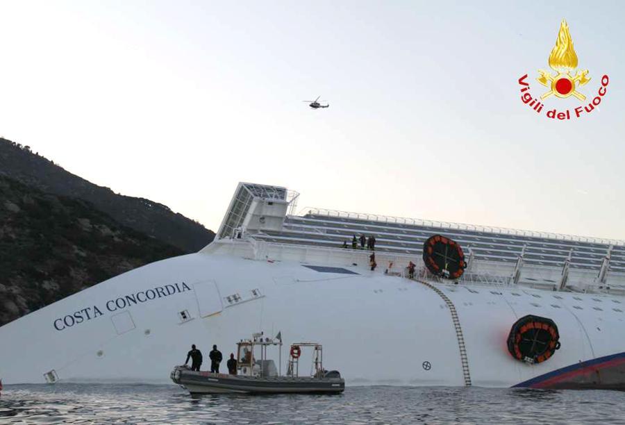 Un' immagine dei soccorsi da parte delle squadre dei Vigili del fuoco sulla nave da crociera Costa Concordia, in un frame di ieri 14 gennaio 2012.