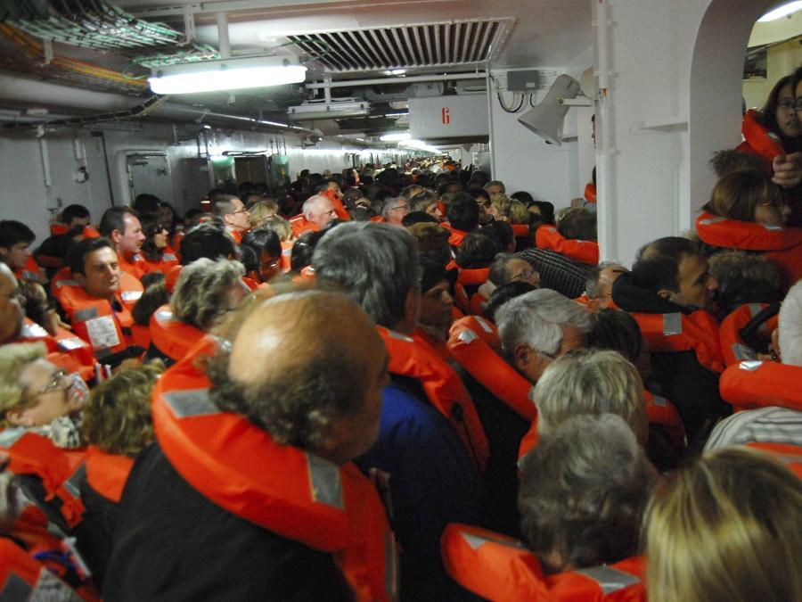 Una foto scattata dal passeggero spagnolo Carlos Carballa a bordo della nave da crociera Costa Concordia e pubblicata il 15 gennaio 2012 mostra diverse persone che preparano una scialuppa di salvataggio dopo che la nave si è arenata al largo dell'isola italiana della costa del Giglio alla fine del 13 gennaio 2012. ANSA/CARLOS CARBALLA