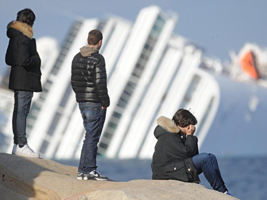 La nave Costa Concordia naufragata ieri davanti al porto dell'Isola del Giglio oggi 15 gennaio 2012 ANSA/MAURIZIO DEGL 'INNOCENTI