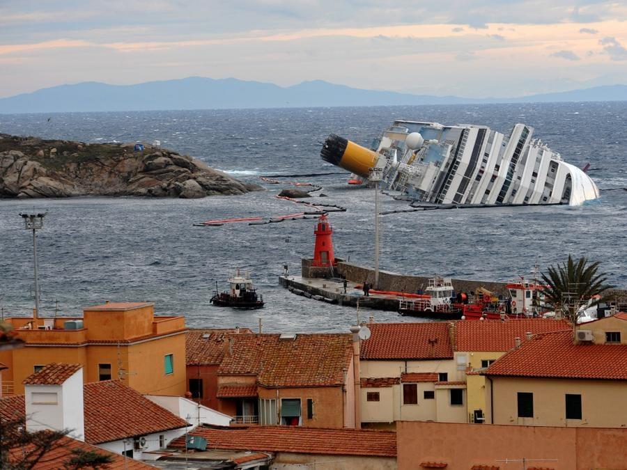La Costa Concordia di fronte all'isola del Giglio, 1 febbraio 2012. ANSA/LUCA ZENNARO