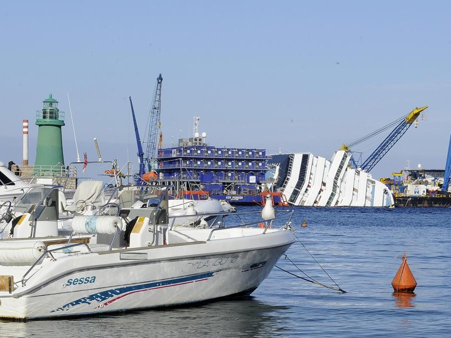 Il relitto della Concordia all'isola del Giglio, 12 gennaio 2013. ANSA / MAURIZIO BRAMBATTI