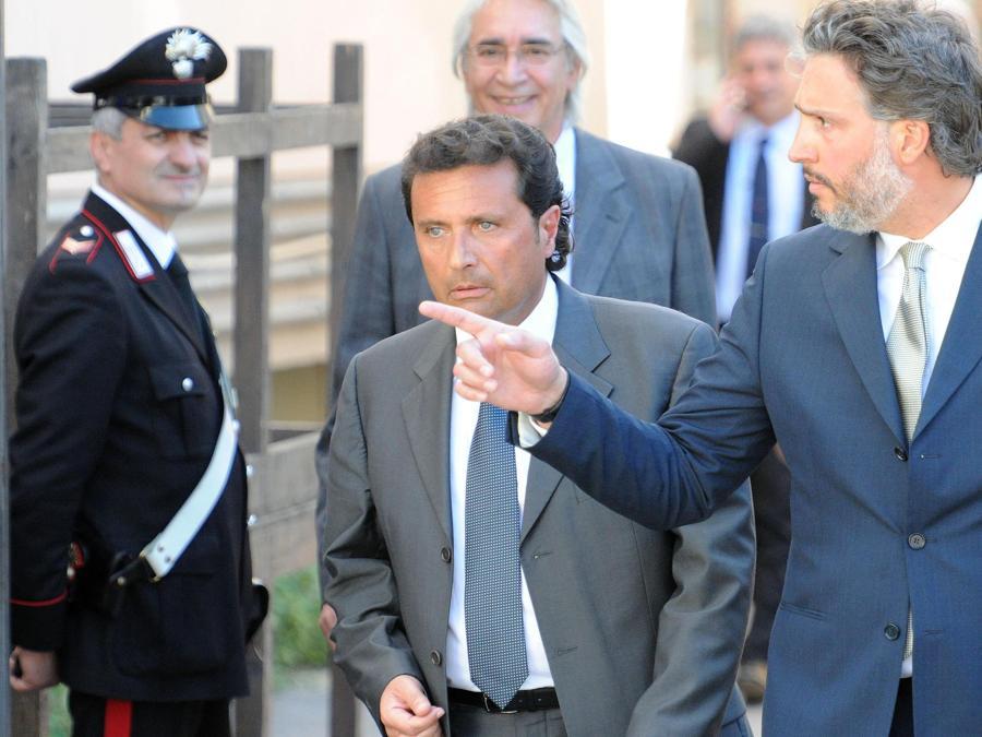Il comandante Francesco Schettino (S) con l'avvocato Marco De Luca (D) al termine dell'udienza preliminare per il processo sul naufragio del 13 gennaio 2012 all'Isola del Giglio, Grosseto, 15 Aprile 2013. ANSA /CARLO FERRARO