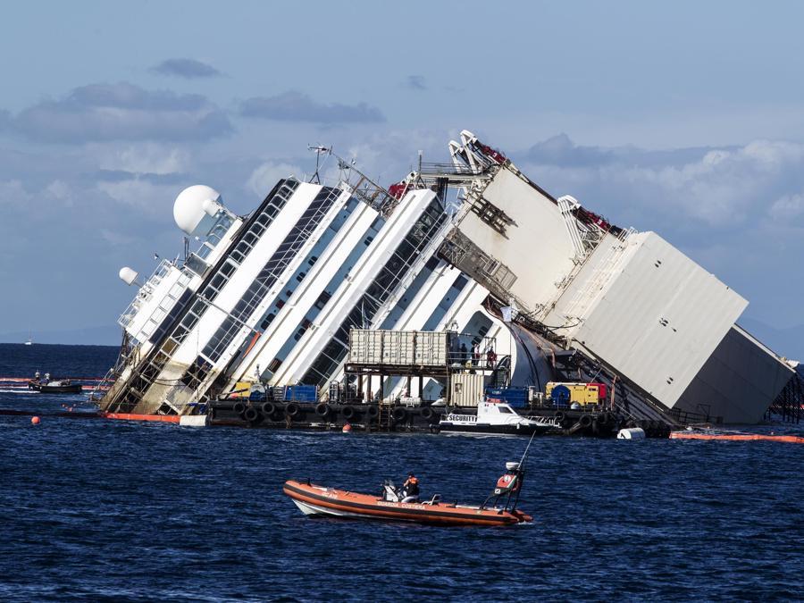 La Costa Concordia all'isola del Giglio, 16 Settembre 2013. ANSA/ANGELO CARCONI