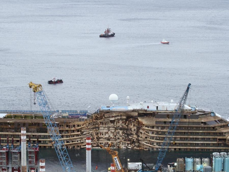 La nave Costa Concordia dopo le operazioni di rotazione, Isola del Giglio (Grosseto), 17 settemebre 2013. ANSA/CLAUDIO GIOVANNINI