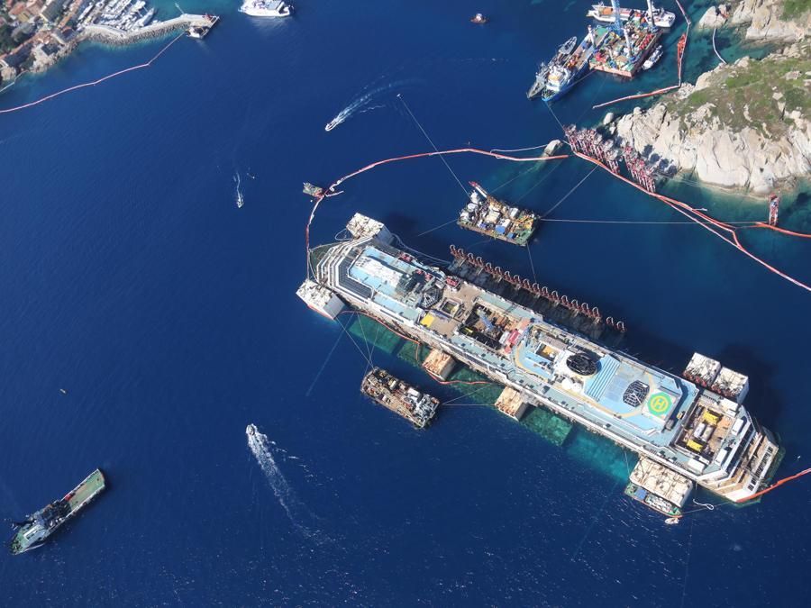 Il relitto della nave da crociera Costa Concordia al largo dell'isola del Giglio 22 luglio 2014. ANSA/COSTA PRESS OFFICE