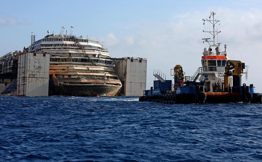 Lavori in corso per rilanciare il relitto della nave da crociera Costa Concordia, al largo dell'Isola del Giglio, Italia, 21 luglio 2014. ANSA/ALESSANDRO DI MEO