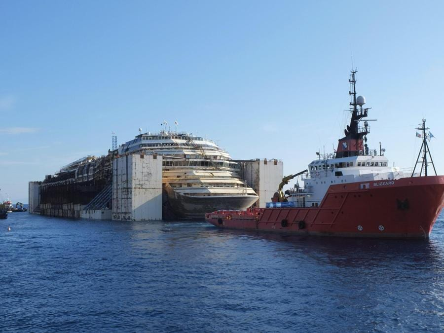La Costa Concordia lascia il Giglio per raggiungere Genova trainata dai rimorchiatori, Isola del Giglio, 23 luglio 2014. ANSA/RICCARDO DALLE LUCHE